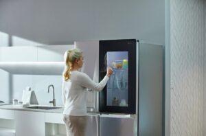 Lee más sobre el artículo Llega a España el frigorífico LG InstaView Door in Door: con puerta transparente, desinfección UV y conectado con tu móvil